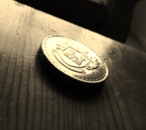 gold-coin-on-wooden-table_21253358